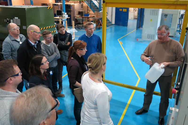 Ole Jan Myhre viser frem forskjellige produksjonmetoder for plast.