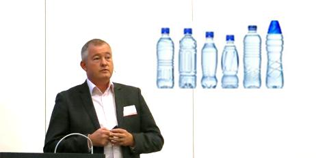 - Det er IKKE farlig å vaske og gjenbruke vanlige plastflasker i hjemmet, sier Ole Jan Myhre.