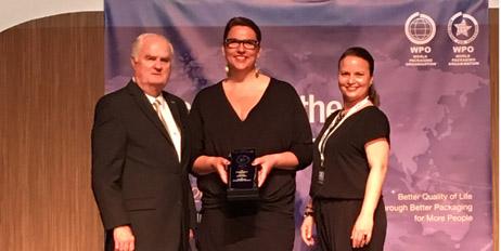 Kristin Stenholt (midten) og Kelly Hakkebo mottok Worldstar fra WPO-President Thomas Schneider (foto Kari Bunes).