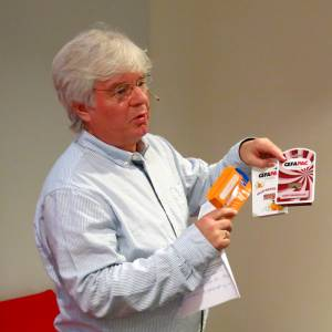 Eirik Faukland viste blisteremballasjen Cefapac.