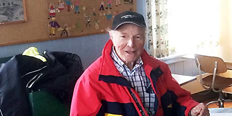 Arne G. slik vi husker ham, med smilet på lur og capsen på snei.