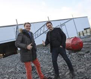 Jahn Christian Ulrichsen og Lars Joramo foran nybygget i Vestby.