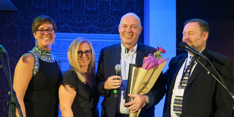 Laila Horgen, Marit Kvalvåg Pettersen og Thomas Eie delte ut Emballasjefagprisen til Morten Aas.
